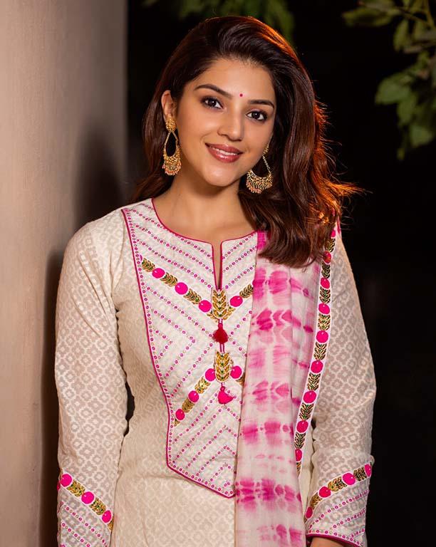 Actress Mehreen Pirzada Hot Photos Collection